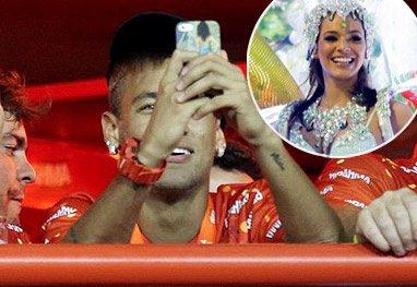 neymar qui photographie Bruna au defilé de RIO ! naaaaaaaaaaaan
