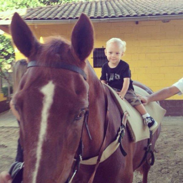 hoooo !  trop beau ce p'tit ! à cheval en plus ! tout ce que j'adore ! :)
