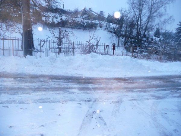 Pluie verglasante qu'il y a eu chez moi au mois de janvier-fevrier 5 a 10cm de glace on marchait on se peter la geule mdrr' :P