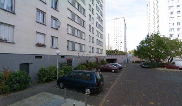 Au pied de la Cité Bouzignac, Tours.