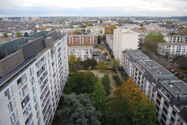 Vue aérienne d'un bloc du Quartier du Sanitas, Tours.