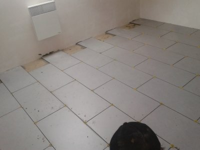 La pose du carrelage dans la salle de bain . . .