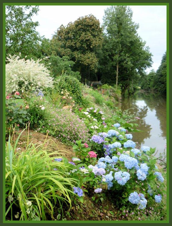Une vue du bord de rivière, d'une d'allée d'horsentias et d'un massif d'hortensias