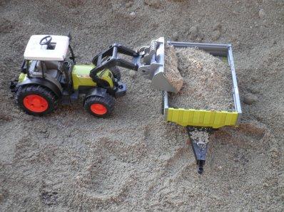 Chargement de sable avec Claas arion 420 et sa remorque