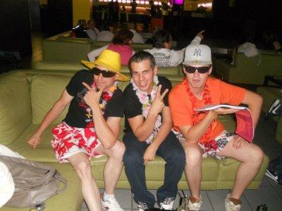 sortie bowling et karaokai mais cette fois en tenue de touriste . . . (13/08/2011)