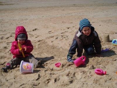 mes cousins qui joue dans le sable