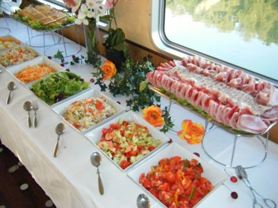 buffet d 39 anniversaire a bord d 39 un bateau blog de. Black Bedroom Furniture Sets. Home Design Ideas