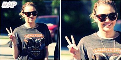 Des Nouvelles photos de Miley!  Un retour à la maison après des semaines de tournages du film So Undercover.  Mais des Photos qui feront jaser. Avec une cigarette à la main! Miley a été silencieuse pendant un moment et la voilà de retour mais sous les projecteurs en fumant. Et un Nouveau Tattoo!
