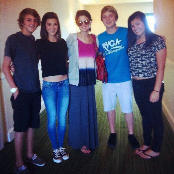 11mars: Quelques fans ont eu la chance de rencontrer Jelena, voici les photos. + Une photo de Selena et des fans.