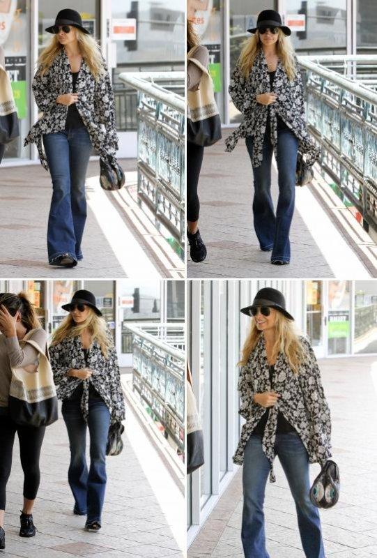 Nicole quittant un restaurant de Sushi avec ses amies  |   09 mai