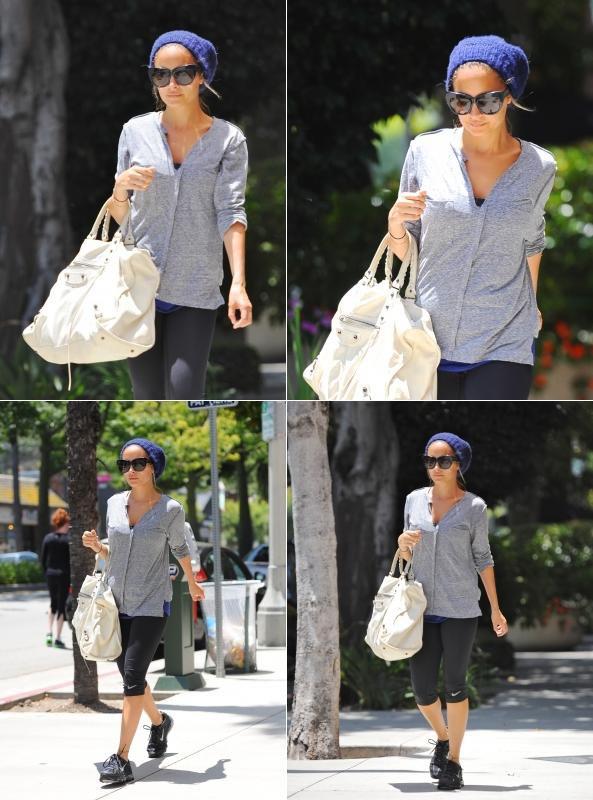 Nicole quitte son cours de gym habituelle à Studio City  |   22 juin