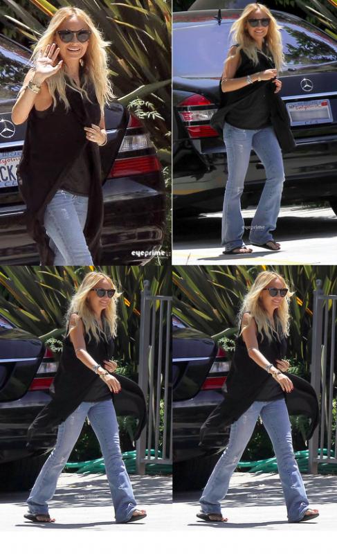 Nicole toute souriante se rend chez un ami dans West Hollywood  |   16 juillet