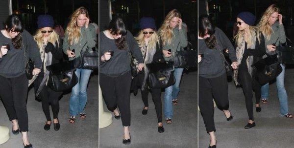 Nicole sort du cinéma avec quelques amies à Los Angeles  |   14 aout