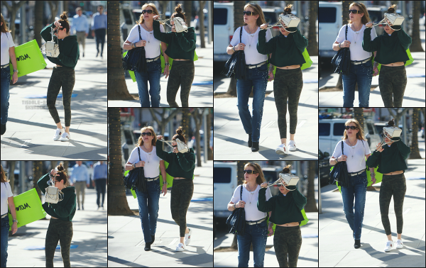 - 12.12.17 ─ La belle Ashley Tisdale est photographiée, se promenant avec sa mère dans les rues de Beverly Hills ![/s#00000ize]Ash n'a pas vraiment l'air d'humeur à être photographiée ce jour là, cherchant à se cacher derrière le sac ! Une tenue assez sportive pour la jolie blonde!   -