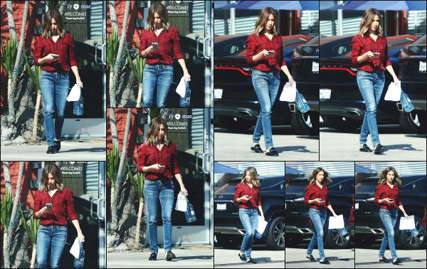 05.02.18 ─ Ashley T. a été photographiée alors qu'elle quittait un studio dans le quartier de Venice à Los AngelesAshley nous offre enfin une petite sortie, mais malheureusement elle ne se montre pas très souriante. Une tenue plutôt basique, mais assez sympa. Top !