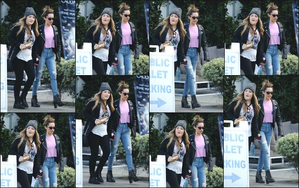 13.02.18 ─ Ashley Tisdale est aperçue en quittant la boutique « Kelley Baker Brows » qui se situe à Venice Beach ! Un peu de shopping ne fait jamais de mal ! Nous la retrouvons avec une amie à elle en quittant la boutique dans un look des plus classique, un beau top.
