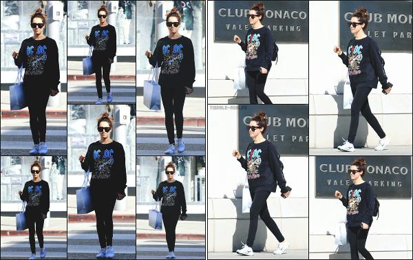 - 06.11.17 ─ La belle .Ashley Tisdale est photographiée en pleine séance shopping sur Rodeo Drive à .Beverly Hills ![/s#00000ize]Après quelques jours sans nouvelle de notre petite brune, c'est en quittant le magasin Intermix que nous la retrouvons ce jour là... Un flop pour la tenue.  -