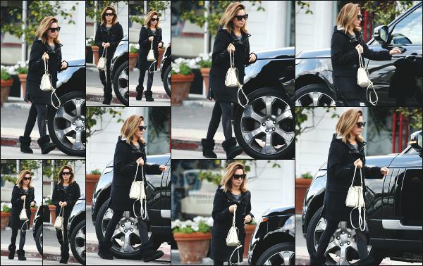 28.02.18 ─ Ashley Tisdale est aperçue alors qu'elle rejoignait sa voiture après un de shopping à Woodland Hills ! Nous retrouvons Ashley T. ce jour là dans une tenue des plus classique ! Malheureusement, elle n'est pas très souriante notre jolie blonde! Un beau top !