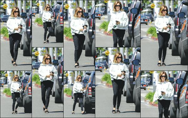 27.03.18 ─ Notre belle Ashley Tisdale est aperçue alors qu'elle rejoignait sa voiture dans la ville de Los Angeles ! Ashley T. portait une tenue plutôt décontractée lors de cette sortie mais elle reste très jolie! Enfin des nouvelles de notre jolie blonde! C'est donc un top !