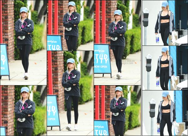 - 12.05.18 ─  Notre belle Ashley' Tisdale est photographiée alors qu'elle quittait une salle de sport dans Studio City[/s#00000ize]Ashley à participer à sa séance de sport quotidienne, et nous avons pu la voir en quittant les lieux ! Je n'ai rien à dire sur sa tenue qui est simple. Un top  -