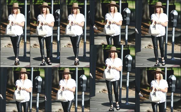 24.01.19 ─ Notre sublime Ashley Tisdale French était seule, avec des amis à  « Little Dom's » situé à Los Angeles.Ashley Tisdale et son groupe d'amis ont donc été chercher un repas pour le repas dans ce petit restaurant sympatique ! Un top pour la belle miss Ashley.