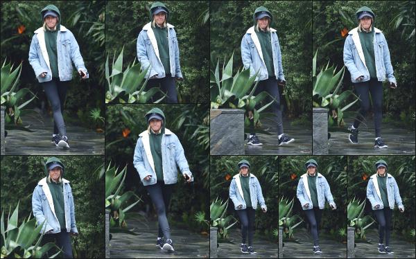 06.03.19 ─ Notre belle Ashley Tisdale est aperçue ce jour  alors qu'elle se trouvait dans les rues de Los Angeles !Petite sortie pour notre blondinette préférée, dans un look très peu travaillé je trouve ! Elle se rendait peut être à un cours de sport. Ce sera donc un flop