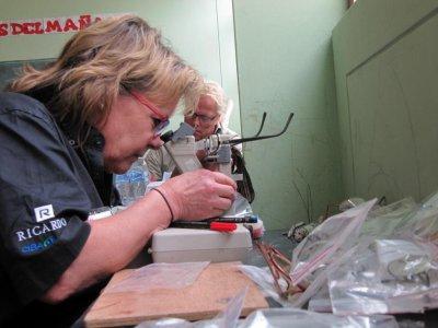 Vérification de la dioptrie des lunettes par Annie Levert et Gert Rönnlund