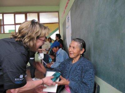 Remise des lunettes à une habitante de San Jeronimo