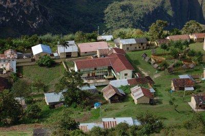 Vue rapprochée de l'école et derrière ma maison (toit orange)