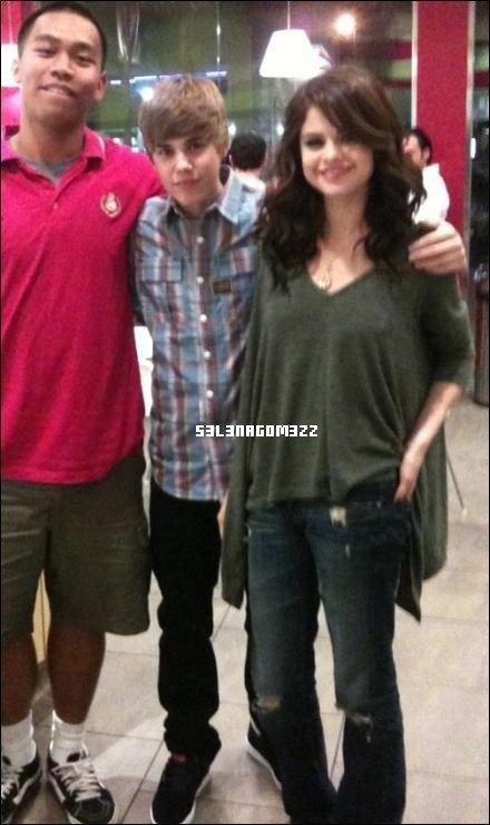 Lundi 1 Novembre 2010 : Selena et Justin Bieber ont étés vus encore une fois ensemble, cette fois-ci au au Menchies Yogourt. Un témoin a déclaré qu'une fois sortis de cet endroit, ils sont partis main dans la main. Info ou Intox ?