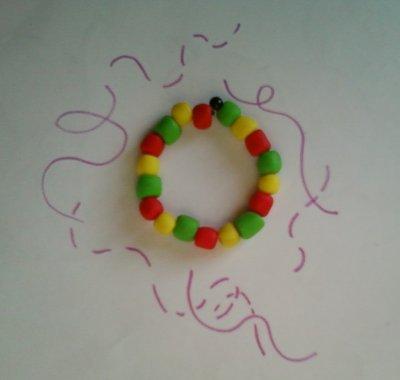 Bracelet vert ; jaune ; rouge.