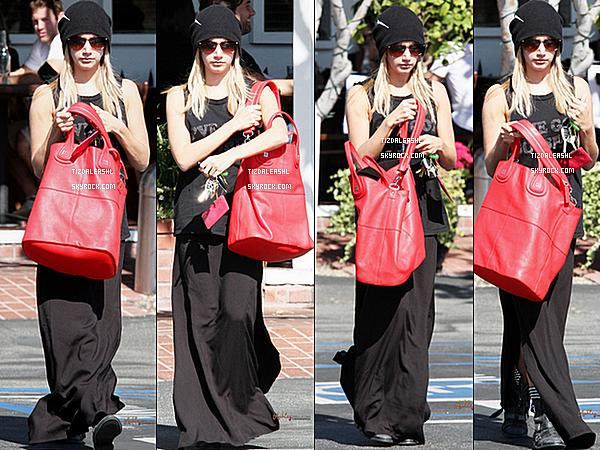 30/10/12 : Ashley a était vue quittant le magazin Fred Segal a Hollywood.