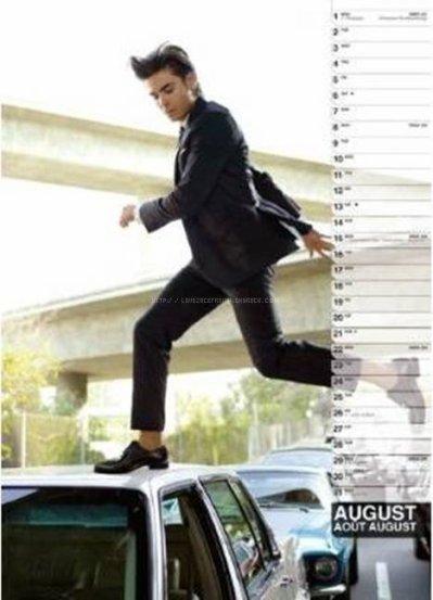 . Nous sommes déja en Septembre mais une question se pose aura t'il un calendrier Zac Efron pour 2011? Et bien je pe repondre que oui, il en aura un, mais cette fois sa sera avec des anciens photoshoop de Zac. Sa permetera de decouvrir ou de redecouvrir ses photoshoop. Il a aucune date de sorti francaise pour l'instant mais vous pouvez déja le precommander sur Amazon.fr. Je vous ai mis en dessous les scans du calendrier, si vous voulez voir les images en plus grand clikez dessus, j'ai ate de l'avoir deja moi. Pas vous?  . Officially-Zanessa - ZanessaAvatar - Official-Logan - Twitter -Voter pour Zanessa