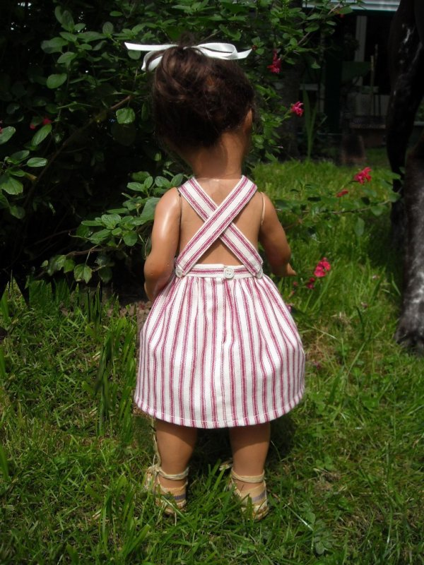 Lisette en robe à bavette