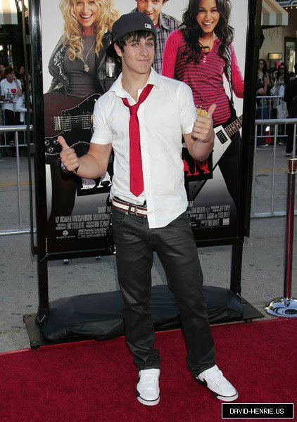 David pose devant le film college rock star