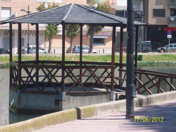 le ponton  sur le bord du lac au centre ville