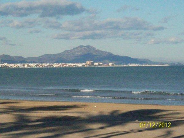 vue depuis la plage de Péniscola et au lointain la montagne de Vinaros