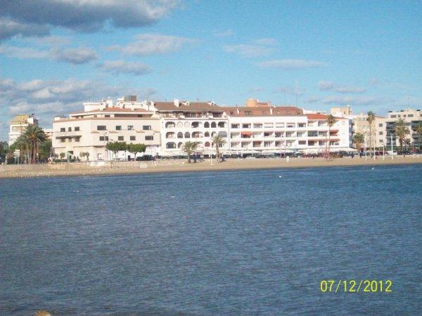 photo prise des criques de la mer et voici une partie des hotels  de l'avenida Papa Luna