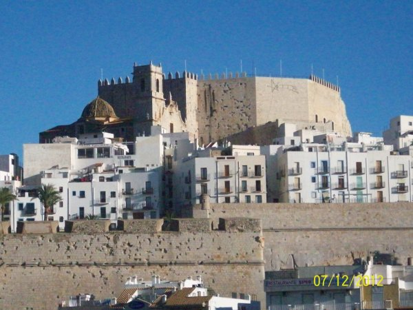 Le chateau de Péniscola vu du port avec ses vieilles batisses