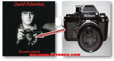 """Quel est le modèle et la marque de l'appareil photo que brandit Daniel Balavoine sur la couveture de son album """"Un autre Monde"""" ?"""