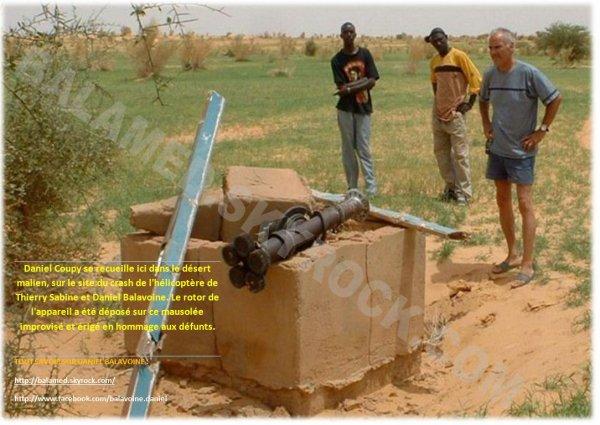 Daniel Coupy se receuille au Mali sur le site du crash de l'hélicoptère de Thierry Sabine & Daniel Balavoine (27 ans après)