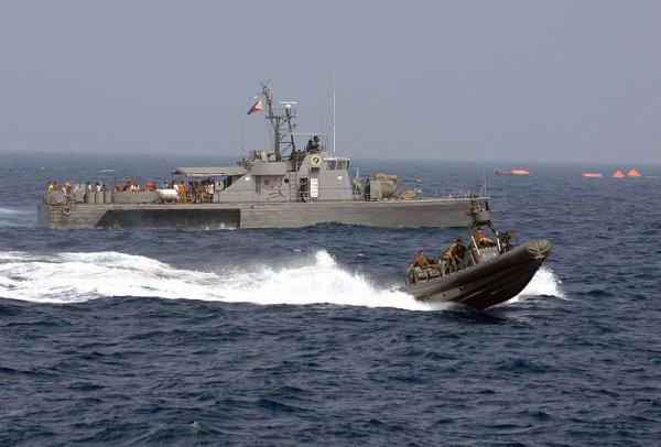 10.11.2010  colision entre un navire de patrouille et un chalutier