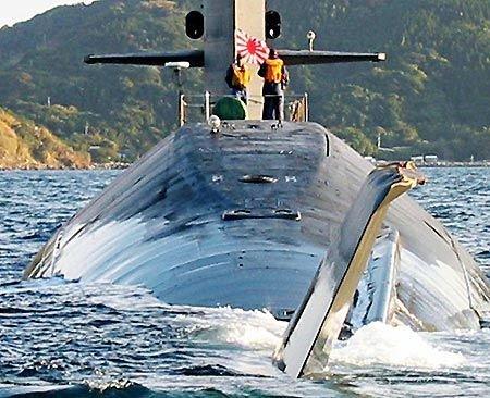 21.11.2006 Un sous-marin Japonais heurte un cargo panaméen