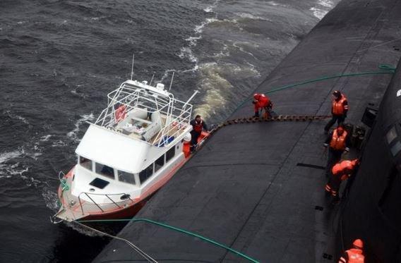le sous-marin  voronezh quand des marins portent secours a d'autre marin