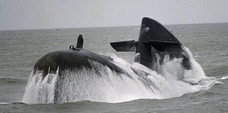sous marin dolfijn était il tous seul en mer se 15 janviers 2004?