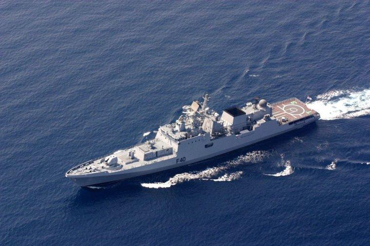 navire de guerre indiens coule un chalutier