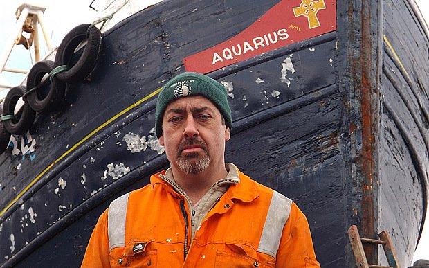 chalutier aquaruis tiré par un mysterieux sous marin