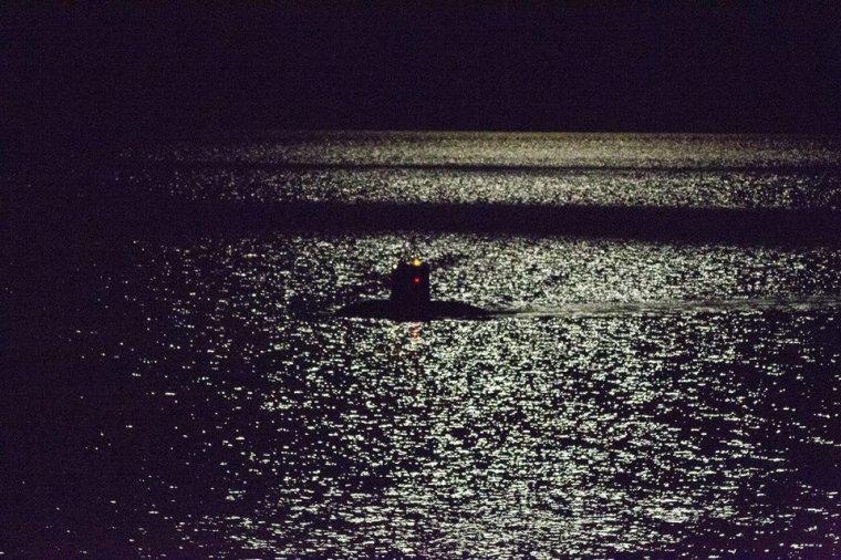 sous marin photographié par un cargo