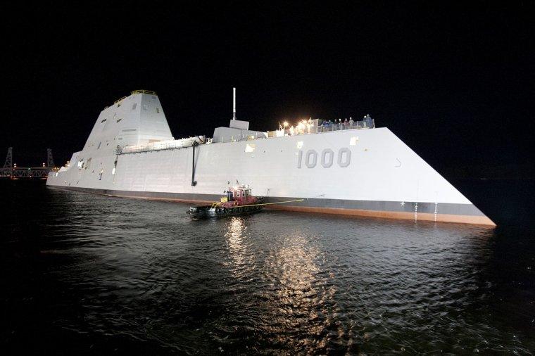 un destroyer en essai participe a un sauvetage en mer
