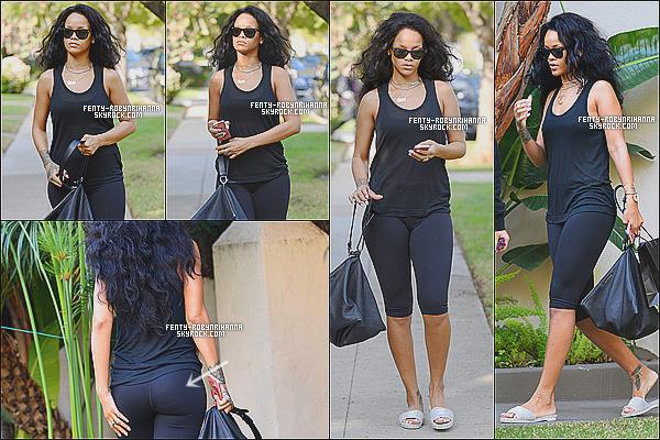 _ 12.01.2015 |Rihanna a été aperçue ce matin se promenant dans les rues de Beverly Hills en Californie. +_La Rihanna est tout simplement radieuse et semble prendre soin de son corps, Les visiteurs Kiffez les articles s'il vous plaît, merci beaucoup. ! _